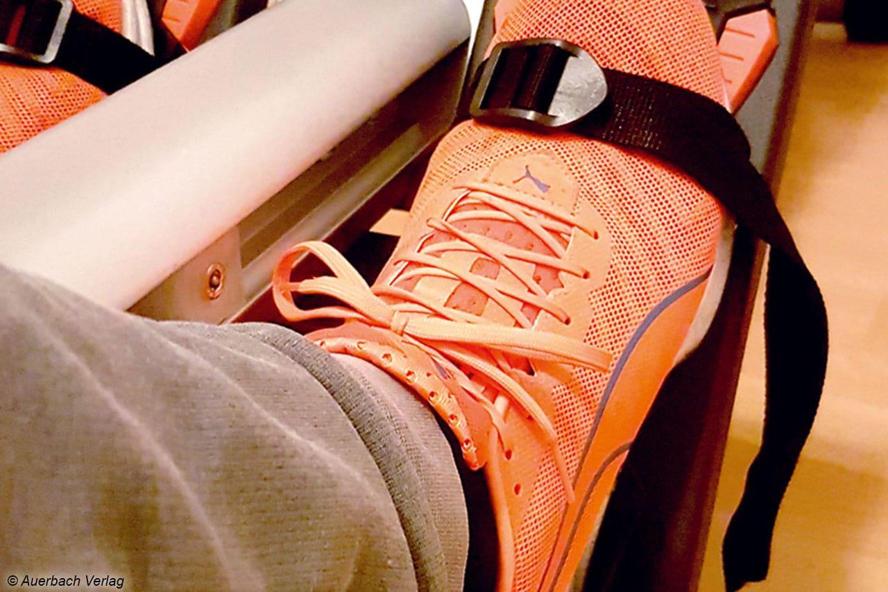 Nach der Größeneinstellung werden die Füße beim Maxxus mit einem Gurt befestigt, dann kann die Sporteinheit schon beginnen