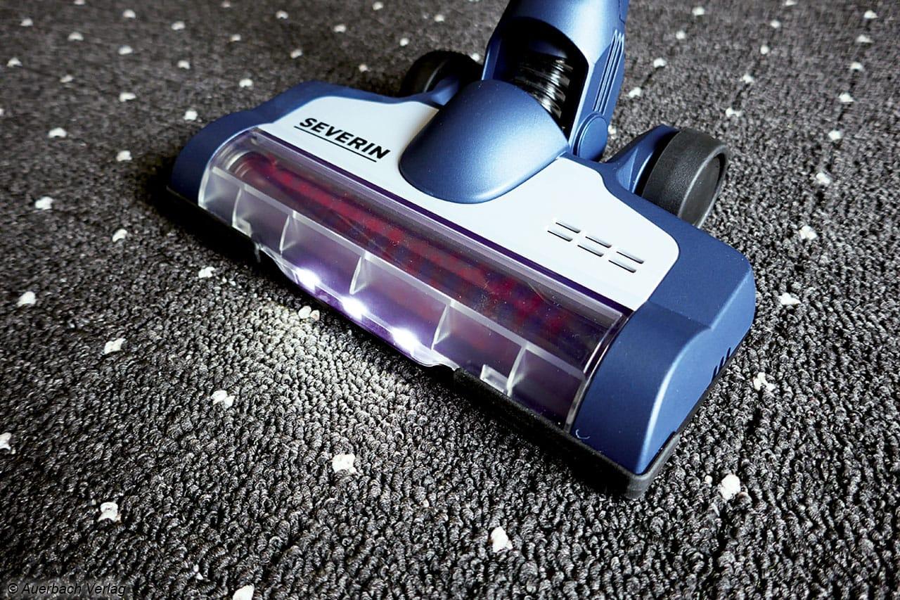 Abblendlicht: Die LEDs leuchten sich den Weg, die Bürste rotiert. Beides kann ausgeschaltet werden und schont den Akku