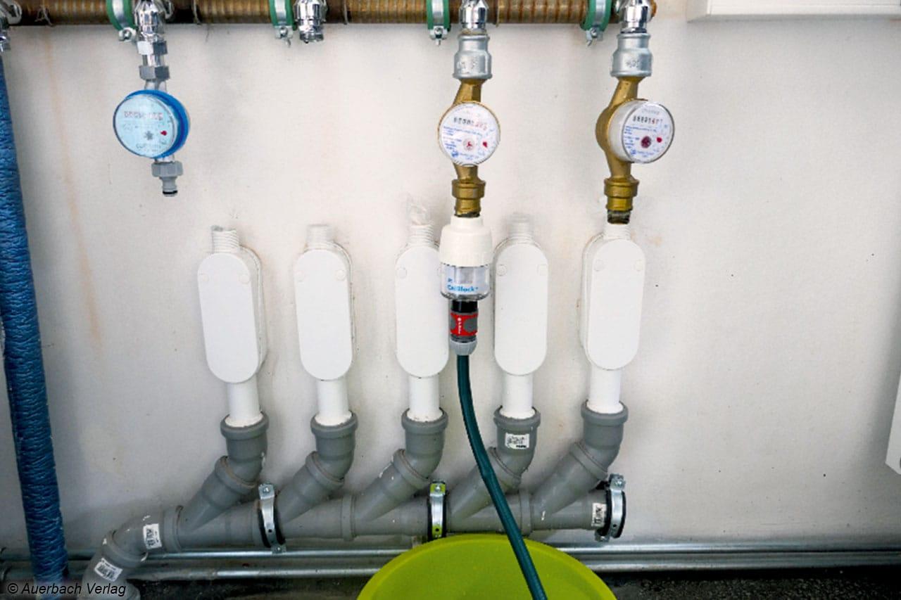 Ein Blick ins Testlabor: viele Anschlüsse für viele Maschinen – der nächste Waschmaschinentest folgt bestimmt