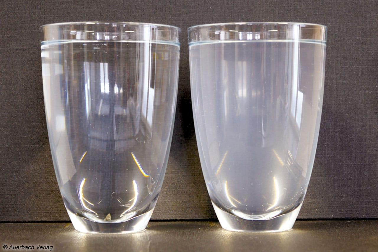 Links vorher, rechts nach der Filtration. Die Trübung entsteht vermutlich durch die gebildeten Phosphatverbindungen