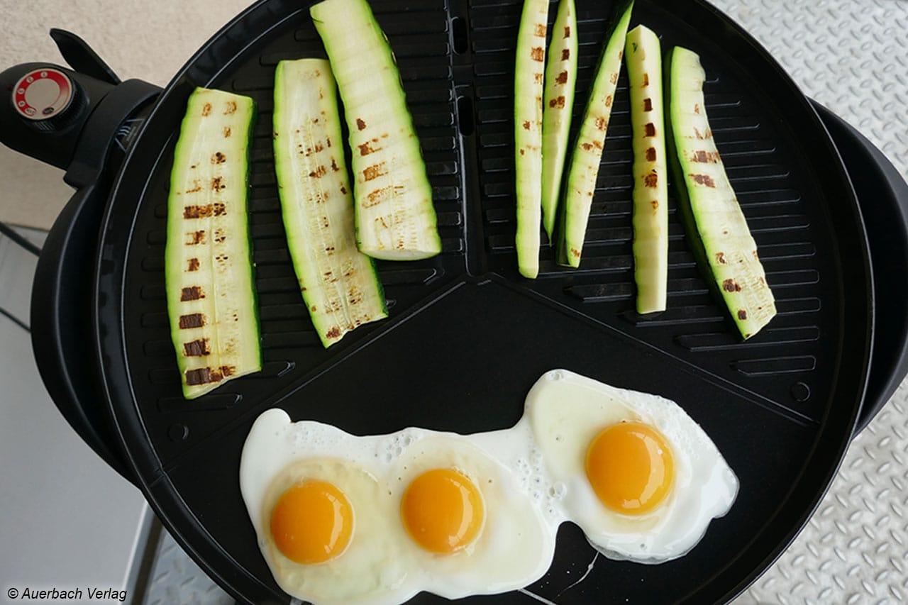 Der PG8541 Standgrill von Severin grillt gleichzeitig Spiegeleier und Zucchini auf den Punkt
