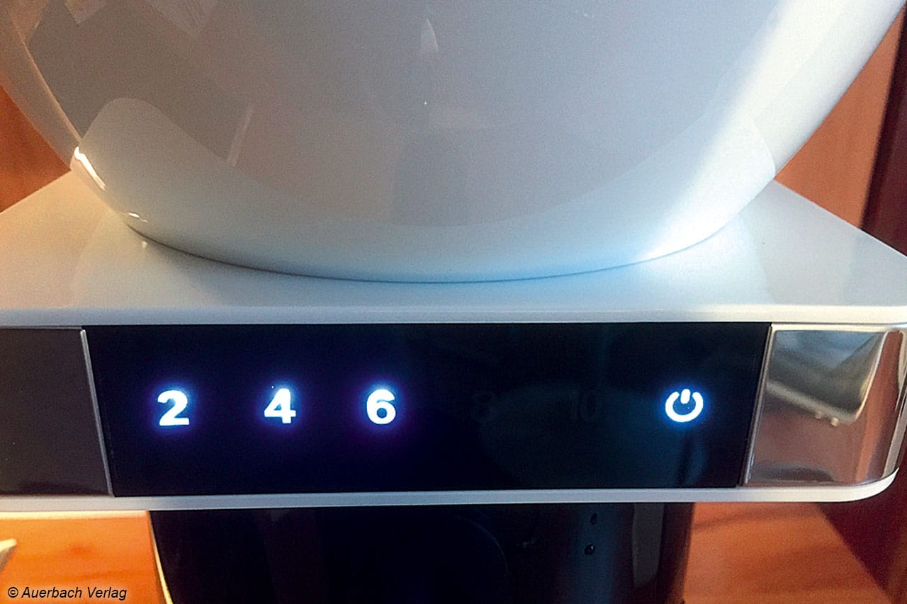 Nach einem einfachen Druck auf das Display plätschert das gewünschte Quantum – zwei bis zehn Tassen – in die Kanne. Die Maschine entnimmt dem Tank dafür selbsttätig exakt die benötigte Wassermenge