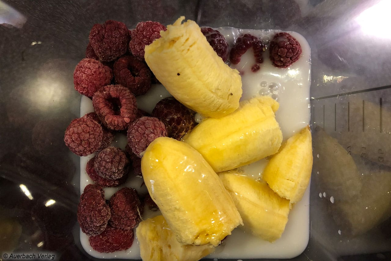 So schnell werden die Lieblingsfrüchte verarbeitet: Gefrorene Himbeeren, Baby-Banane, Kokos-Milch sowie Agavendicksaft in den Mixer...
