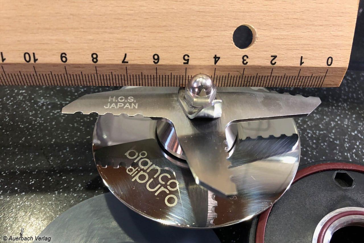 Zur Grundreinigung kann der Mixbehälter leicht auseinandergebaut werden. Der Klingendurchmesser liegt bei über 9 Zentimetern