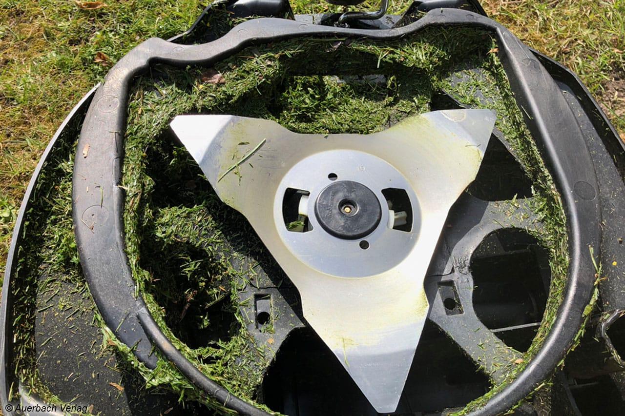 Nasser Rasen – wie hier beim Cub Cadet – führt schnell zu Verschmutzungen an der Unterseite der Mäher, die mindestens einmal pro Woche entfernt werden sollten