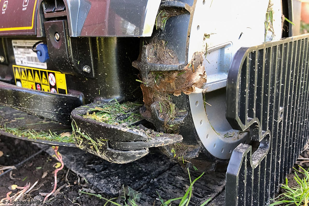 Auch ein Roboter muss regelmäßig gereinigt werden, Grasschnipsel und Laub verkleben bei Nässe schnell das Profil der Räder