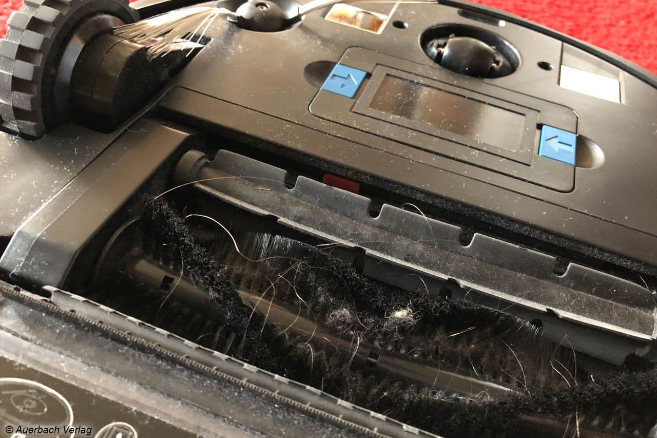 Neben dem Seitenbesen (oben links) hilft auch die Reinigungsbürste bei der Schmutzaufnahme