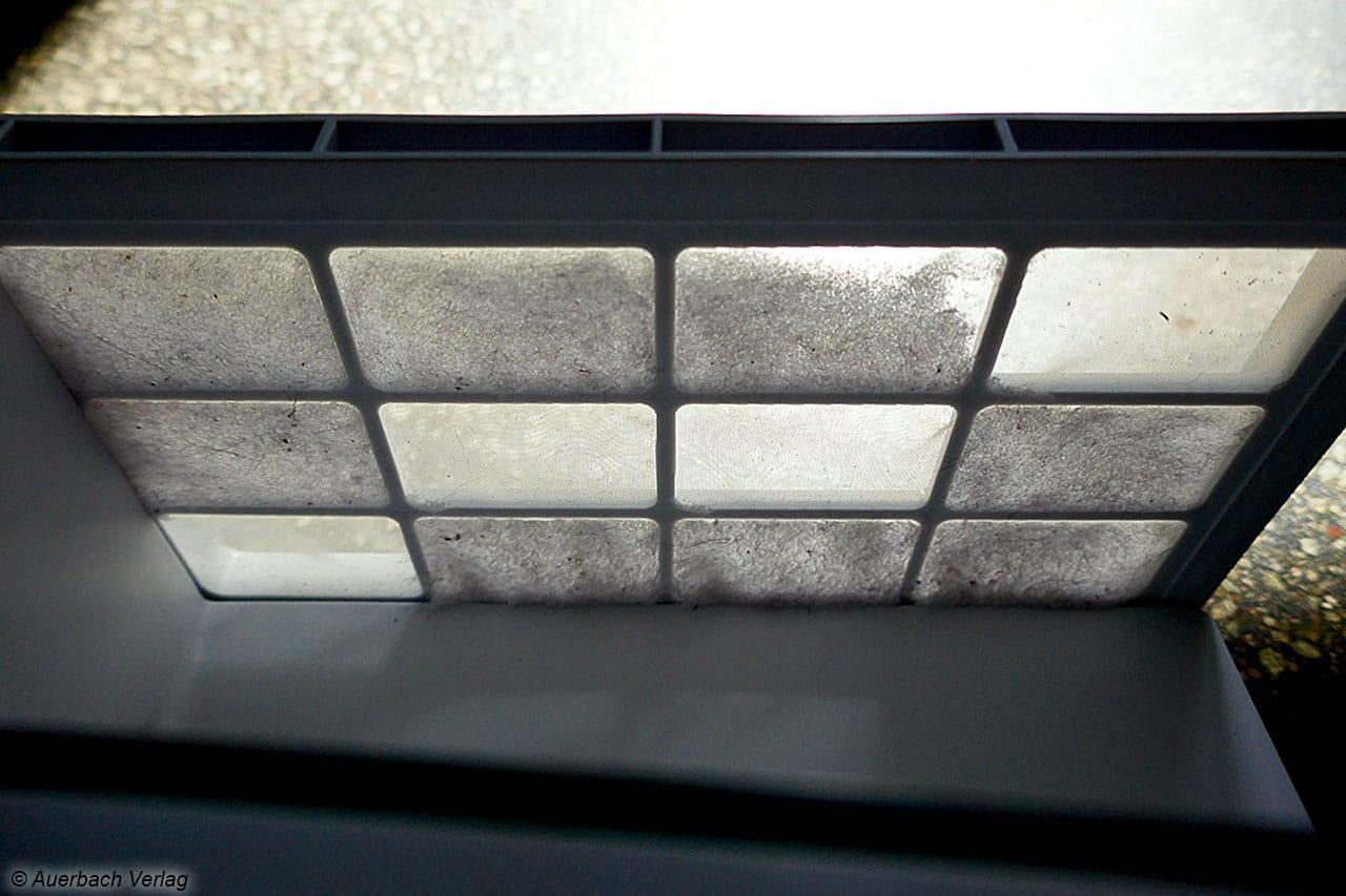 Diagonal sind hier vier Felder des Luftfilters bereits gereinigt worden: Auch die eingesaugte Luft muss von Schmutz befreit werden