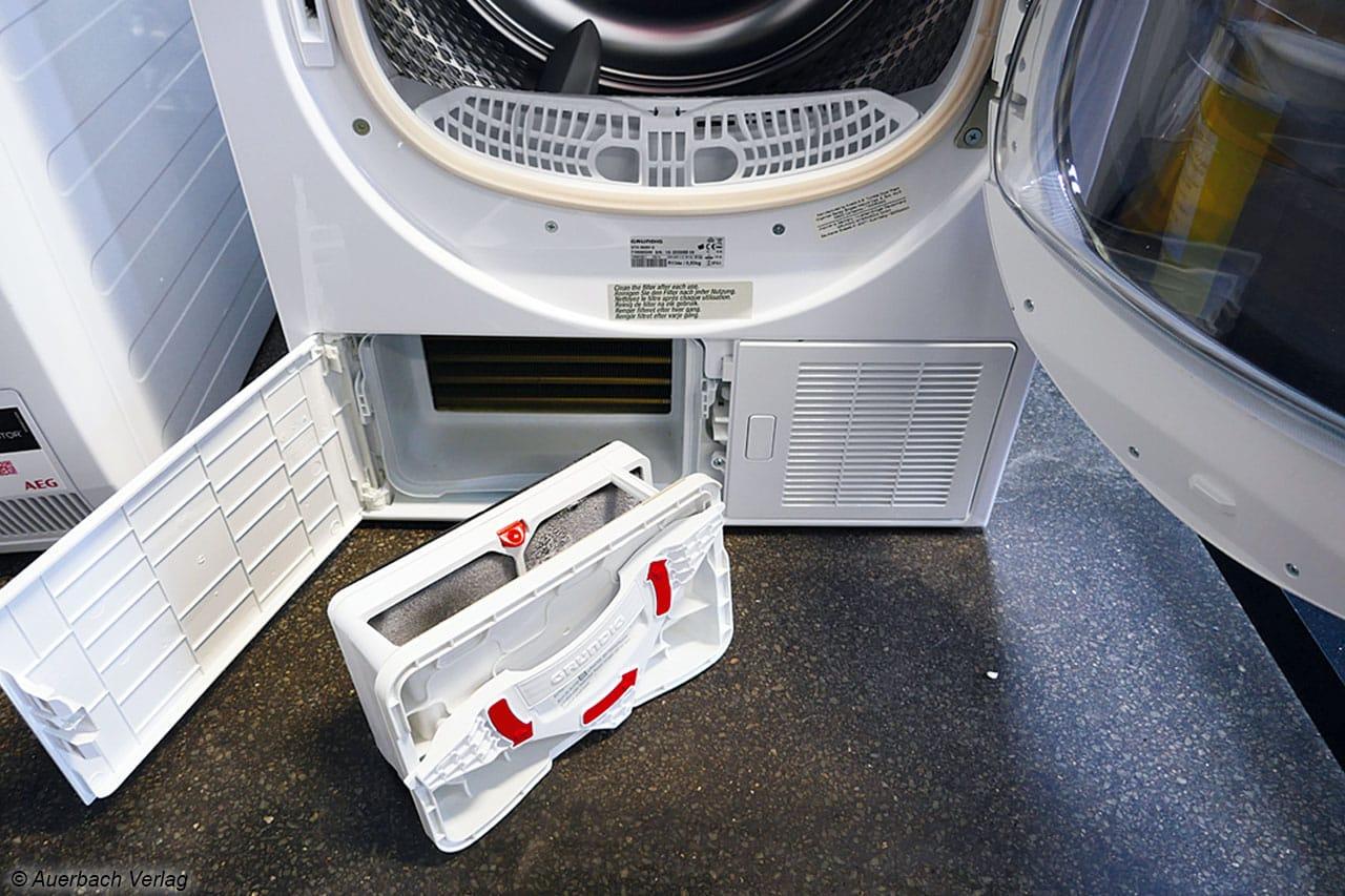 Grundigs Luftfilter an der Unterseite der Maschine lässt sich mit nur einer Hand entriegeln und entnehmen – spielend einfach