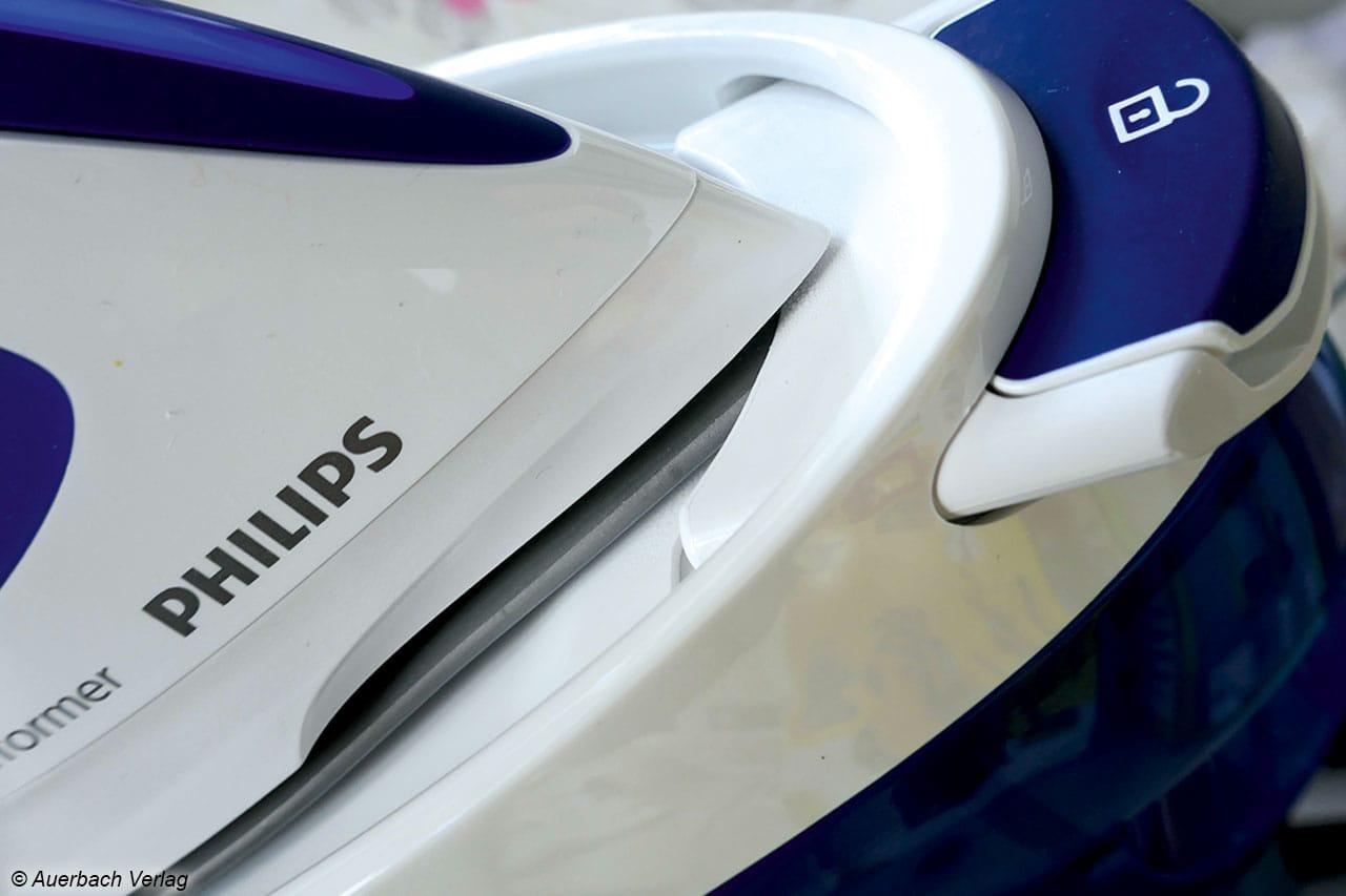 Mit einem Klick sitz das GC8712 fest in der Dampfbügelstation von Philips