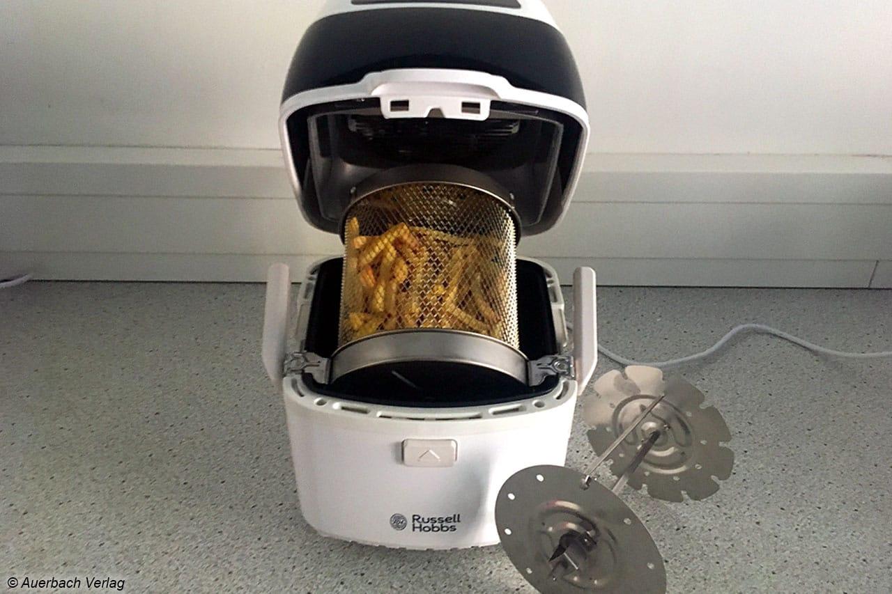…beim Air Fryer von Russel Hobbs liegen die Speisen in einem Korb, der auf einer Welle steckt und so dauerhaft gedreht wird