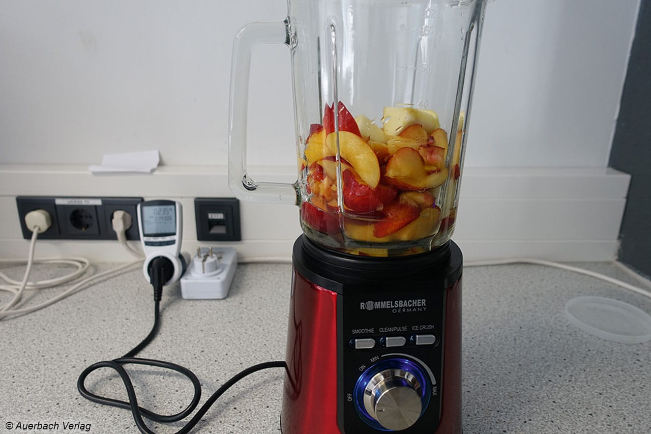 Die Zutaten für einen Test: Äpfel und Nektarinen gehören in unseren Smoothie sowie etwas Wasser. Einige Eiswürfel wären auch gut