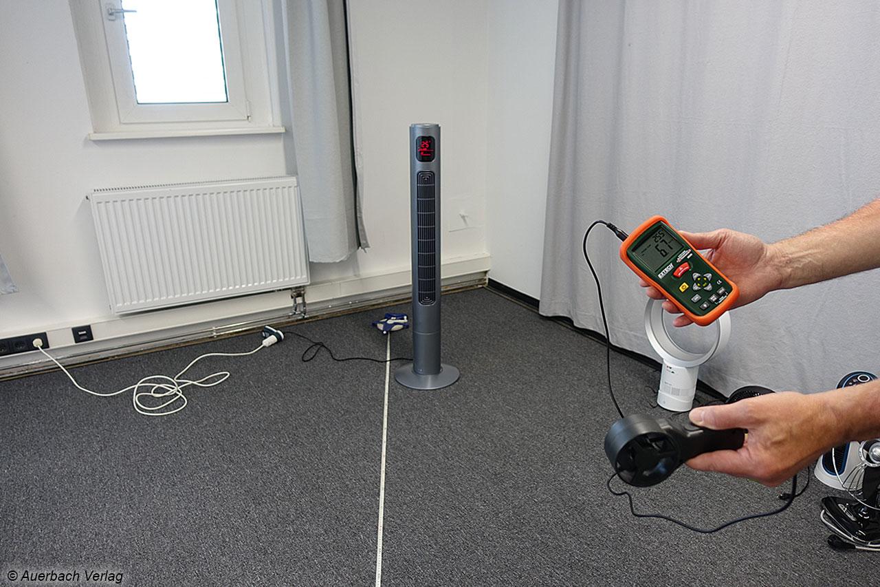 Koenic: Windstärkemessung beim Tall Tower Fan in vier Metern Entfernung mit dem Anemometer
