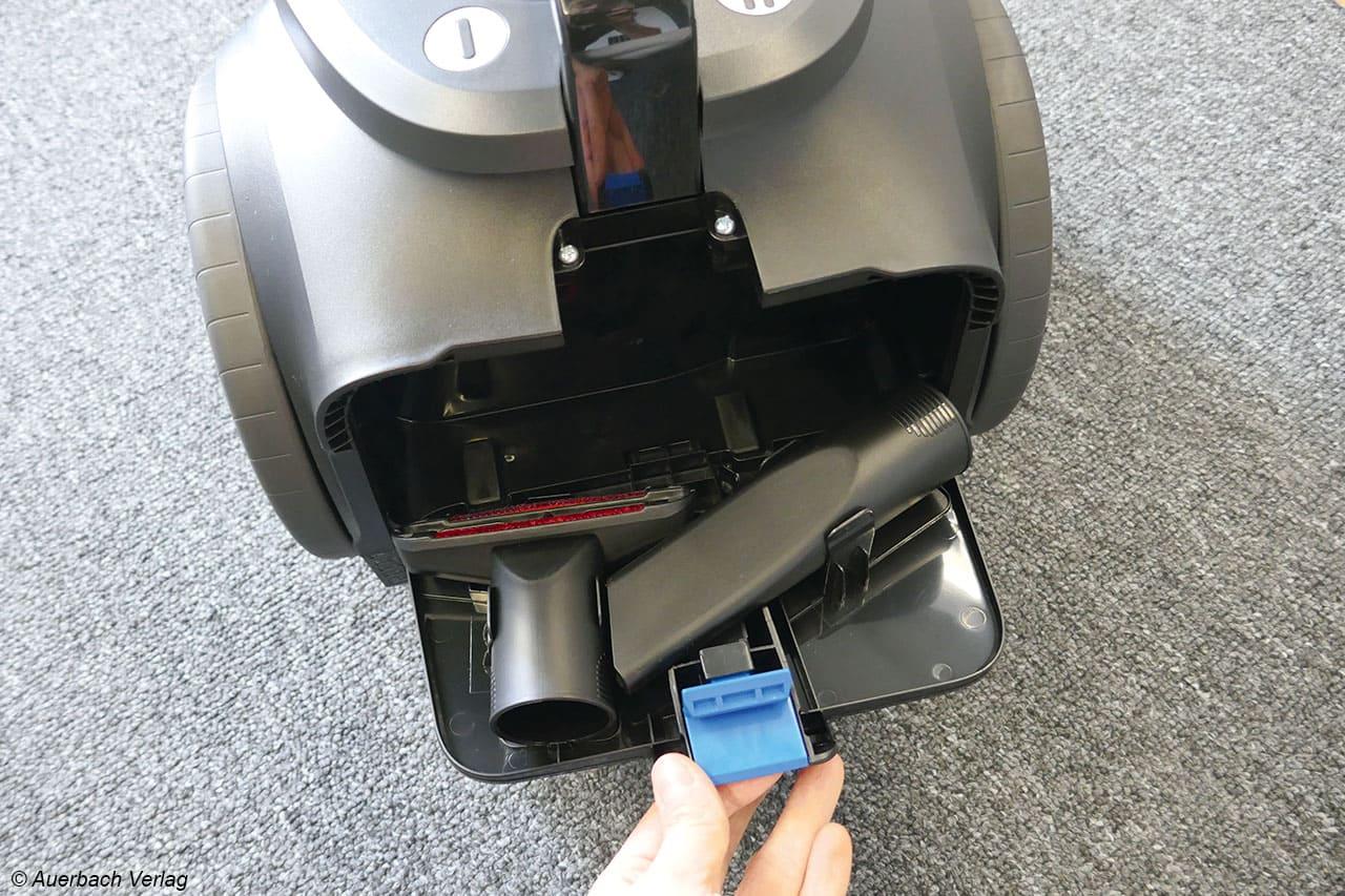 Praktisch: Die Fugen- und Polsterdüse lassen sich einfach in dem Gehäuse des PowerPro Expert FC9741 von Philips verstauen