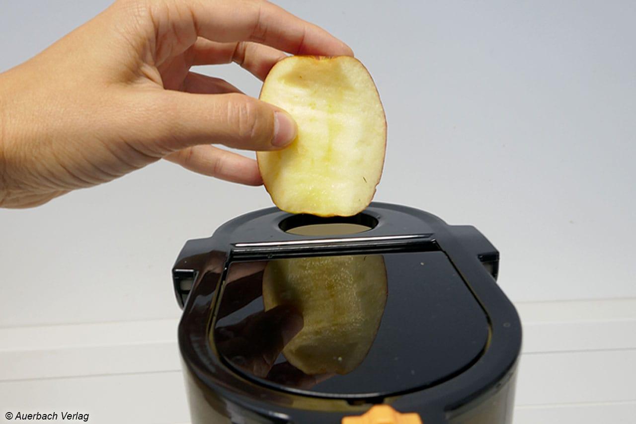 Bei Slowjuicern sind kleine Fülltrichter Standard. Kenwood PureJuice Pro JMP800SI hat eine zusätzliche Klappe für ganzes Obst und Gemüse