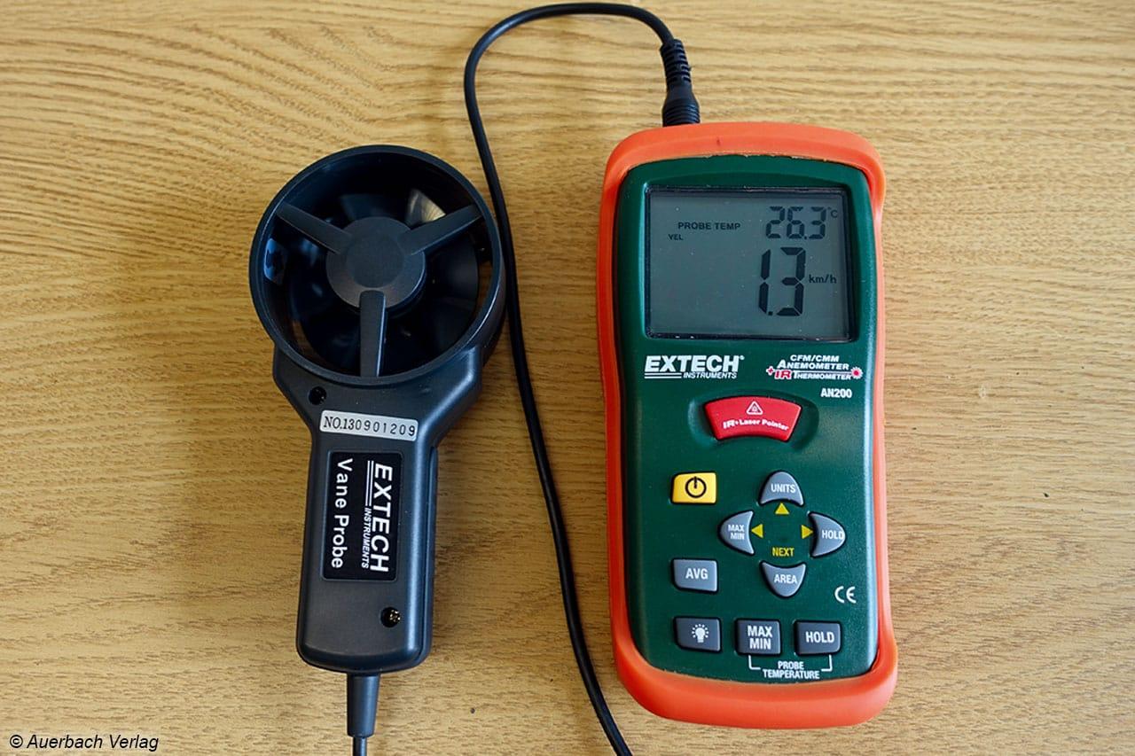 Mit diesem Anemometer, bestehend aus Windrad und digitaler Anzeige, wird die Windgeschwindigkeit gemessen