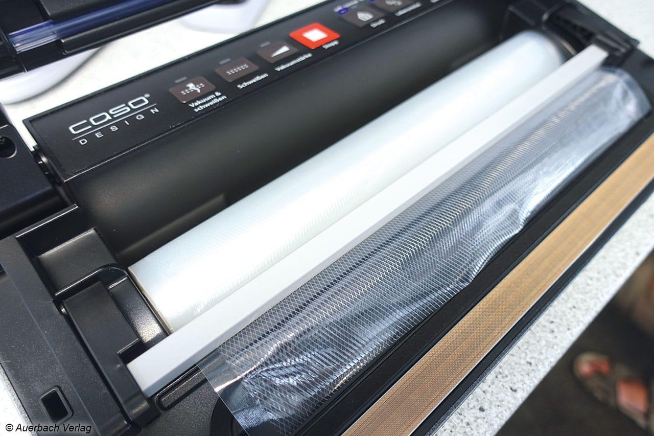 Zusatznutzen beim Caso VAC 380: Folienrollenfach und Cutter machen sich beim Vakuumieren schnell unentbehrlich