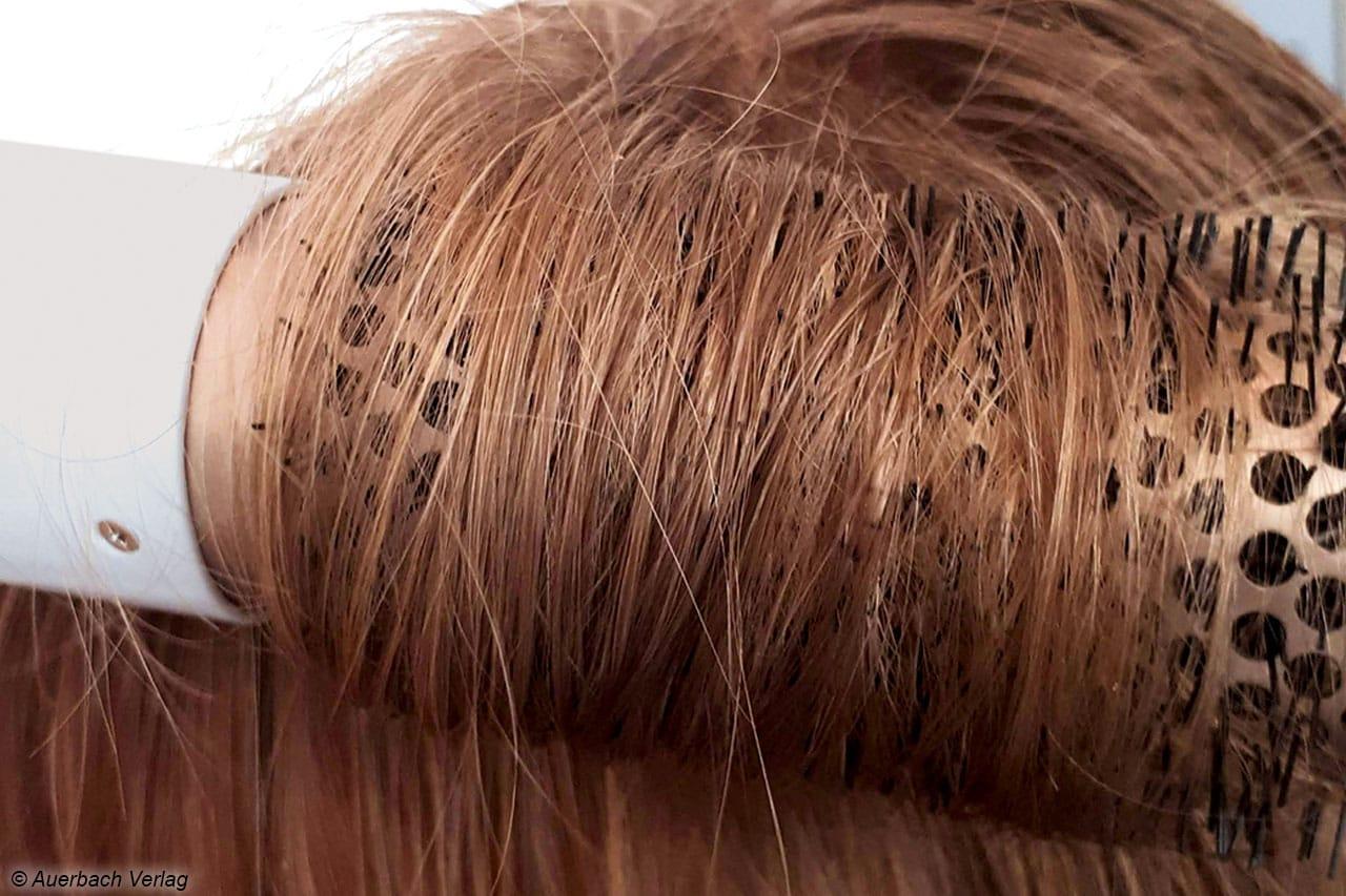 Die Warmluftbürste von Philips greift das Haar sehr gut und ziept auch nicht