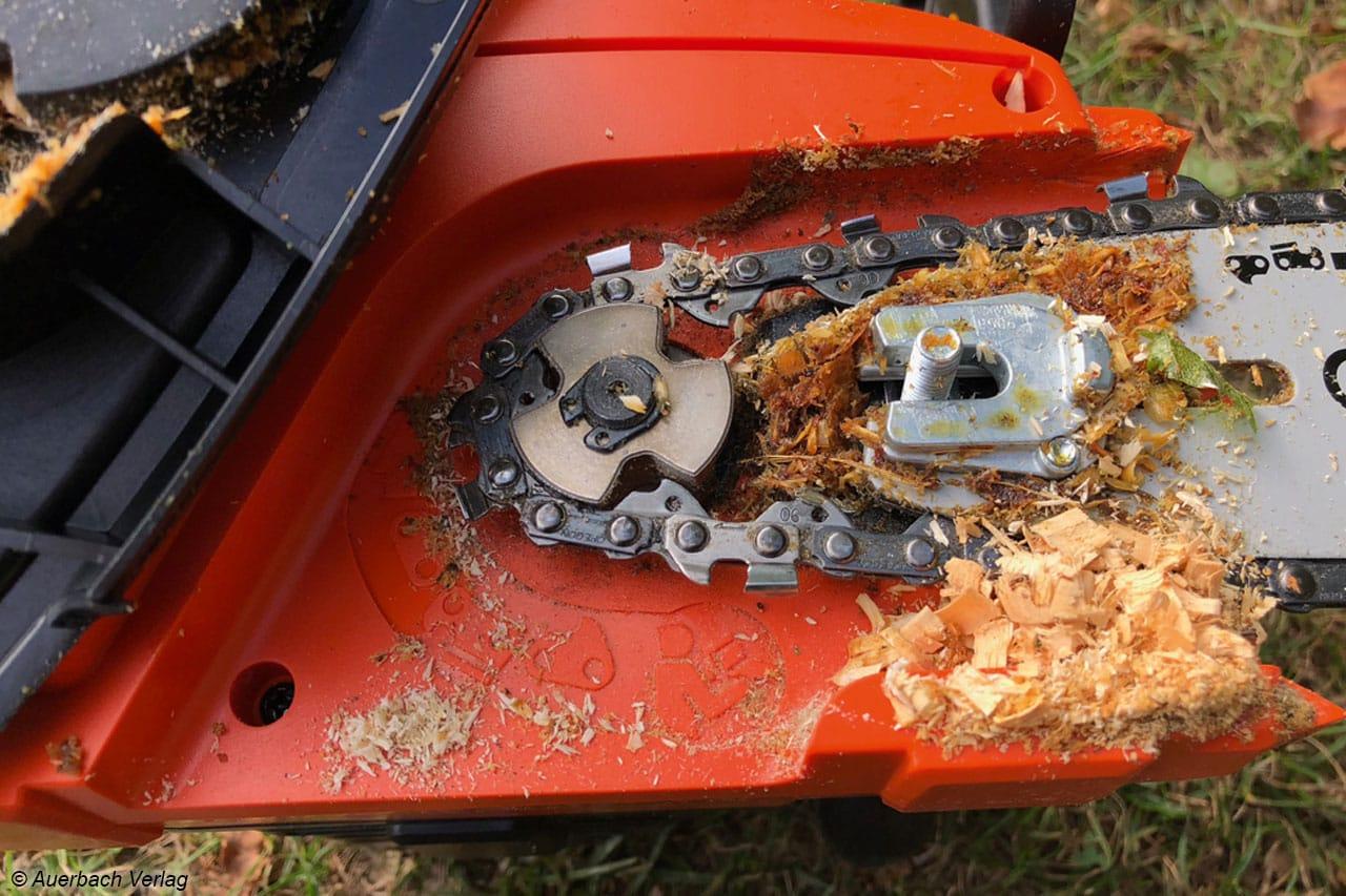 Nach der Arbeit das Säubern nicht vergessen, sonst läuft das Kettenöl aus. Bei allen Modellen sammeln sich die Spähne am Kettenantrieb