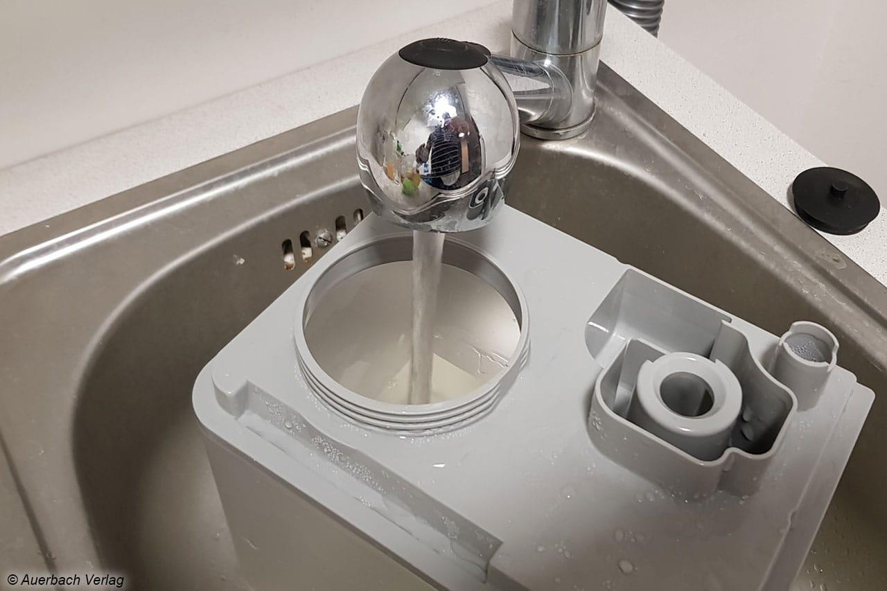 Der Tank des Klarstein Cubix lässt sich gut entnehmen und direkt unter dem Wasserhahn befüllen. Dank des großen Tankvolumens von 5,5l ist er optimal für Langzeitbefeuchtung nutzbar