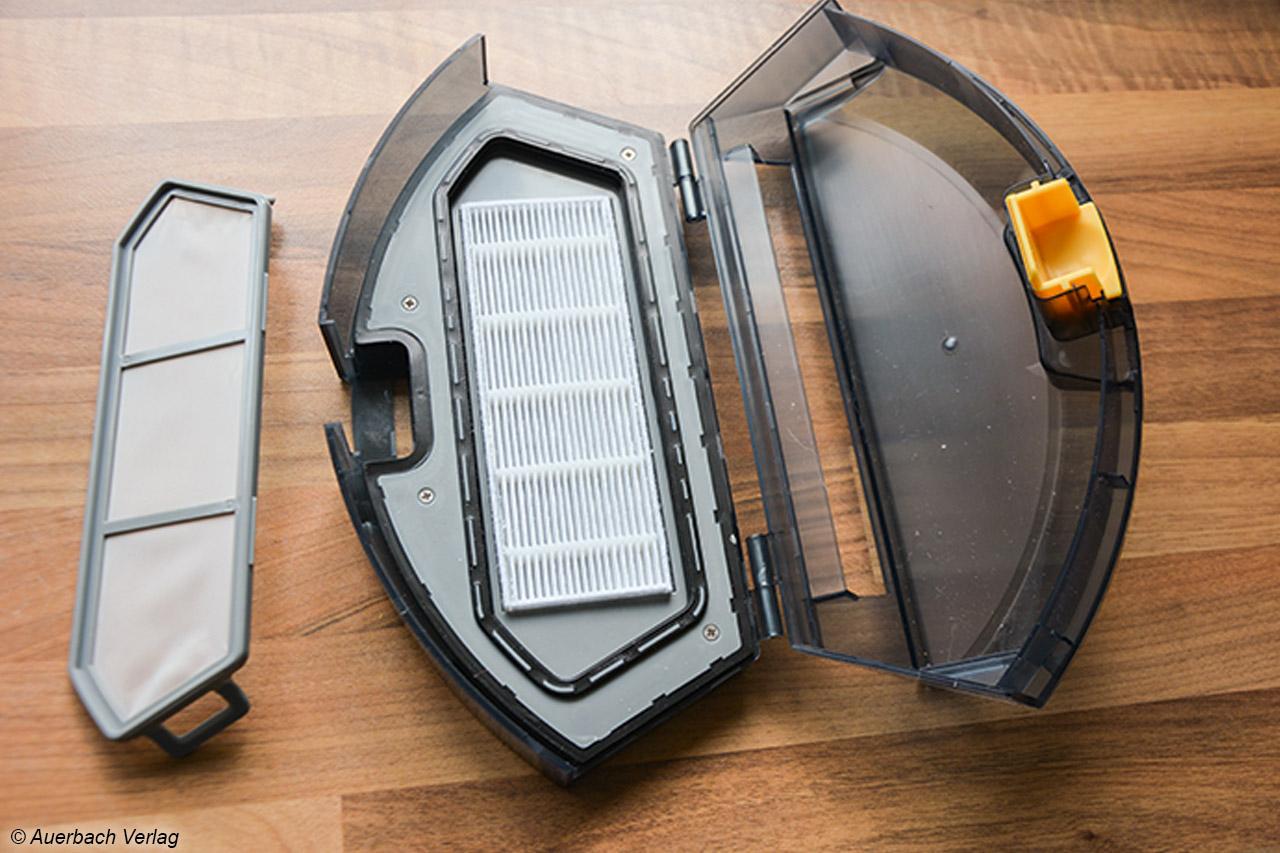 Der Staubbehälter schließt dicht ab und enthält einen Grobfilter, unter den ein HEPA-Feinfilter montiert ist.
