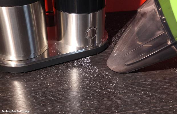 Für glatte Flächen ist eine der Zubehördüsen nicht zwingend notwendig, der Akku-Handstaubsauger 15,6V saugt ohne Zusatzdüse großflächig und schnell