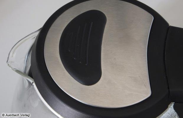 Die kleine Kunststoffapplikation erlaub das sichere Schließen des Deckels, auch wenn kochendes Wasser in der Kanne ist