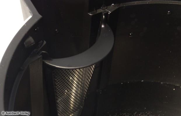 Der Kalkfilter sitzt passgenau, lässt sich sehr leicht entnehmen und reinigen, beeinflusst das Ausgießverhalten zudem in keinster Weise negativ