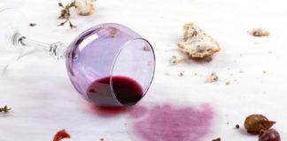 Wenn das Weinglas umkippt, kommt schnell die Angst vor dem bleibenden Fleck (Bild: © ronstik - Fotolia.com)