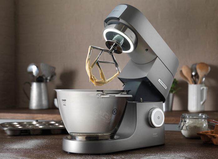 Die Chef Titanium ist das Flaggschiff der neuen Küchenmaschinenserie Chef und das erste Gerät von Kenwood mit Rührschüssel-Innenbeleuchtung