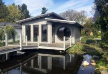 """Das neue Saunahaus """"Linea"""" mit knapp 50 Quadratmetern Wohnfläche verfügt nicht nur über Massivholzsauna und Ruheraum, sondern auch über Fitnessraum sowie über Bad mit WC"""