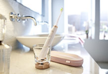 Aufgeladen wird die Sonicare DiamondClean Roségold im Ladeglas mit induktiver Auflade-Technologie: mit seiner Applikation zudem ein Blickfang im Badezimmer
