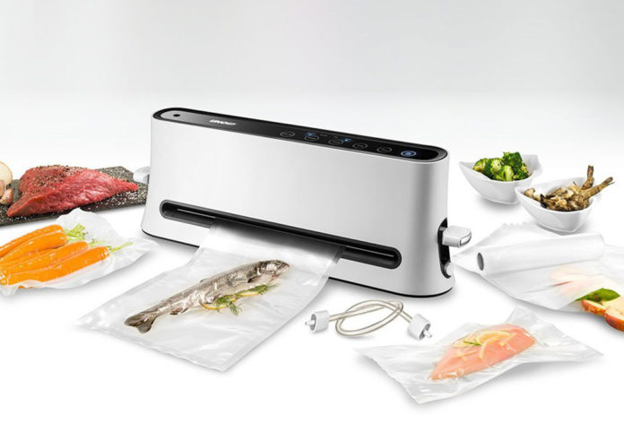 Der VAKUUMIERER Design aus Kunststoff wird in den Farben schwarz und weiß angeboten. Er wiegt 1,7 Kilogramm
