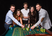 Casinoflair kann man mit einigen pfiffigen Ideen auch im eigenen Wohnzimmer erreichen (Bild: © nazarovsergey - Fotolia.com)
