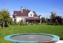 Das Trampolin passt perfekt in jeden Garten