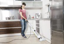 Mit dem FC 5 kann der Boden bis zur Kante von Möbeln gereinigt werden