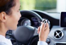 Ein elektrischer Garagentorantrieb steigert den Komfort spürbar. Aus dem Auto oder dem Haus lässt sich das Tor bequem öffnen