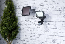 Der Luminea Solar-LED-Wandfluter mit Bewegungssensor leuchtet im Dunkeln den Weg und ist enorm lichtstark