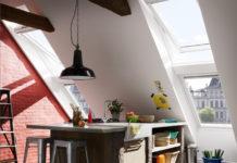 Die Dachfenster vermitteln ein Gefühl von Freiheit und Zwanglosigkeit und der Raum wirkt durch seine Höhe sehr großzügig.