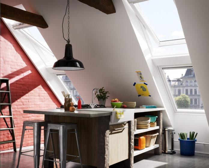 Die Dachfenster vermitteln ein Gefühl von Freiheit und Zwanglosigkeit und der Raum wirkt durch seine Höhe sehr großzügig