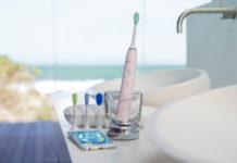 Aufgeladen wird die neue Zahnbürste Sonicare DiamondClean Smart von Philips im stilvollen Ladeglas oder im eleganten Reiseladeetui per USB-Anschluss