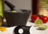 Mit dem OXO Good Grips 3-in-1 Avocadoschneider wird die gesunde Frucht in nur drei Schritten verarbeitet. © OXO
