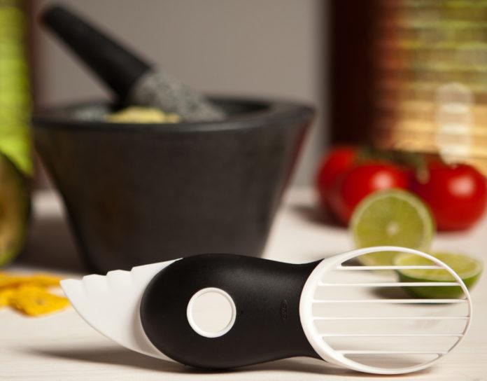 Mit dem OXO Good Grips 3-in-1 Avocadoschneider wird die gesunde Frucht in nur drei Schritten verarbeitet