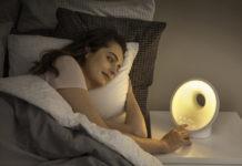 Das neue Philips Wake-up Light mit farbiger Sonnenaufgangssimulation und Sonnenuntergangs-Funktion und vielen Extras sorgt für ausgeglichene Nachtruhe