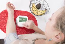 Das Blutdruckmessgerät iHealth Clear mit Oberarmmanschette misst und speichert auf Knopfdruck nicht nur den Blutdruck und die Pulsfrequenz, es erkennt auch unregelmäßige Herzschläge
