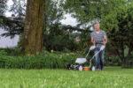 Der neue Mulch-Mäher Stihl RMA 2 RT düngt den Rasen mit jedem Schnitt und erspart den Gang zum Kompost