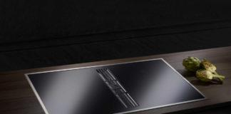 Das Küppersbusch Induktionskochfeld mit integrierter Muldenlüftung lässt sich über Edelstahl-Drehknebel bedienen