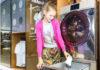 Die Firma Haier hat die weltweit erste Schuhwaschmaschine für den Haushalt schubladenartig konstruiert, sodass sie mit Waschmaschine oder Trockner kombiniert werden kann