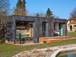 """Mit dem modernen Saunahaus SpaCube lassen sich individuelle Wellness-Oasen kreieren. Der modulare Aufbau ermöglicht das Hinzufügen weiterer """"Cubes"""", beispielsweise für eine Outdoor-Küche, Lounge, Poolhaus, Gästehaus oder ein Arbeitszimmer im Grünen"""