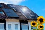 Solarzellen auf dem Dach sorgen nicht nur für eine kleinere Stromrechnung, sondern entlasten auch die Umwelt (Bild: © magicbeam - Fotolia.com)